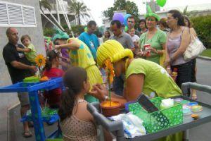 niños pintándose la cara en fiesta